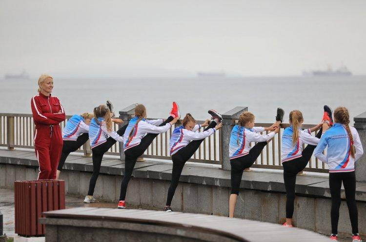 Синхронистки поддерживают физическую форму тренировками на спортплощадке