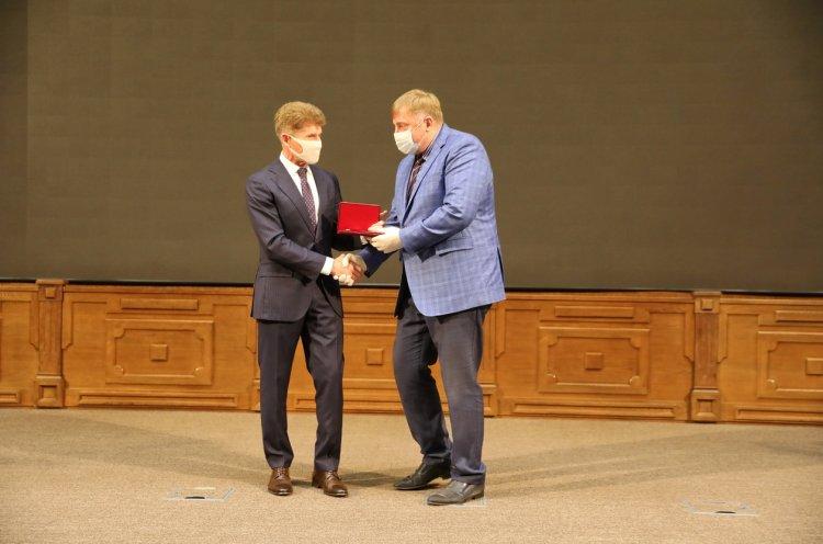 Губернатор Приморья поздравил приморцев с присвоением почетного звания «Заслуженный работник физической культуры Российской Федерации»
